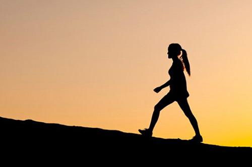 đi bộ buổi tối có giảm cân không